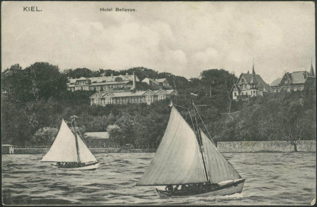 1910 bildet es die Kulisse für ein maritimes Postkartenmotiv