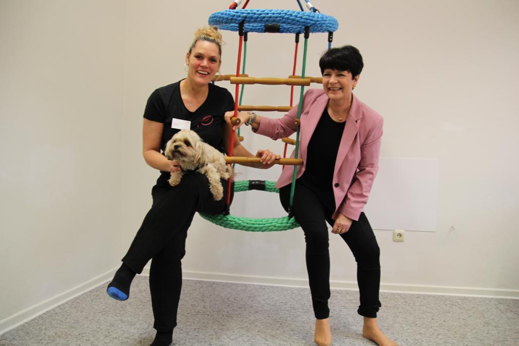 Carolin Möller und Christine Aschenberg-Dugnus (v. li.) im Therapiezentrum Kiel-Elmschenhagen