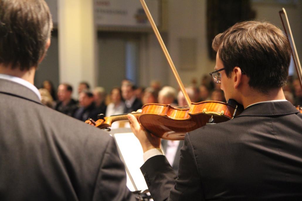Das Streicherensemble mit Ehemaligen der Kieler Gelehrtenschule spielte ein kurzes Konzert in der Nikolaikirche