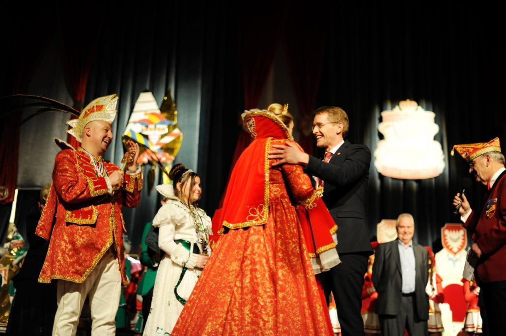 Schleswig-Holsteins Ministerpräsident Daniel Günther gehörte zu der begeisterten Festgesellschaft zum 50. Jubiläum des Karnevals