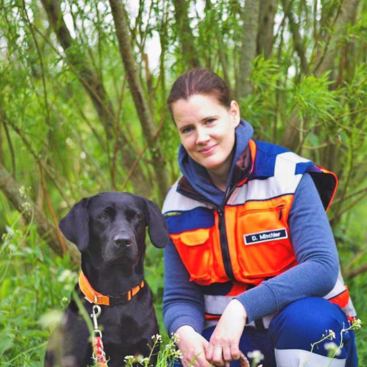 Ein starkes Team: Labrador-Hündin Nele und Ehrenamtlerin Dorothea Mischler