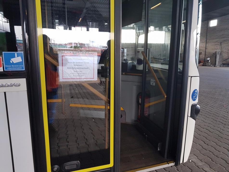 Mit dem heutigen Betriebsbeginn ist der Einstieg für Fahrgäste der KVG nur noch in den hinteren Türen möglich