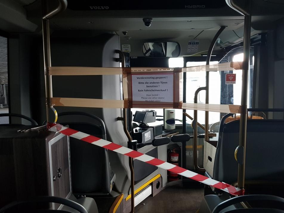 Ein Absperrband verhindert den Durchgang in den PAssagierinnenraum der Busse