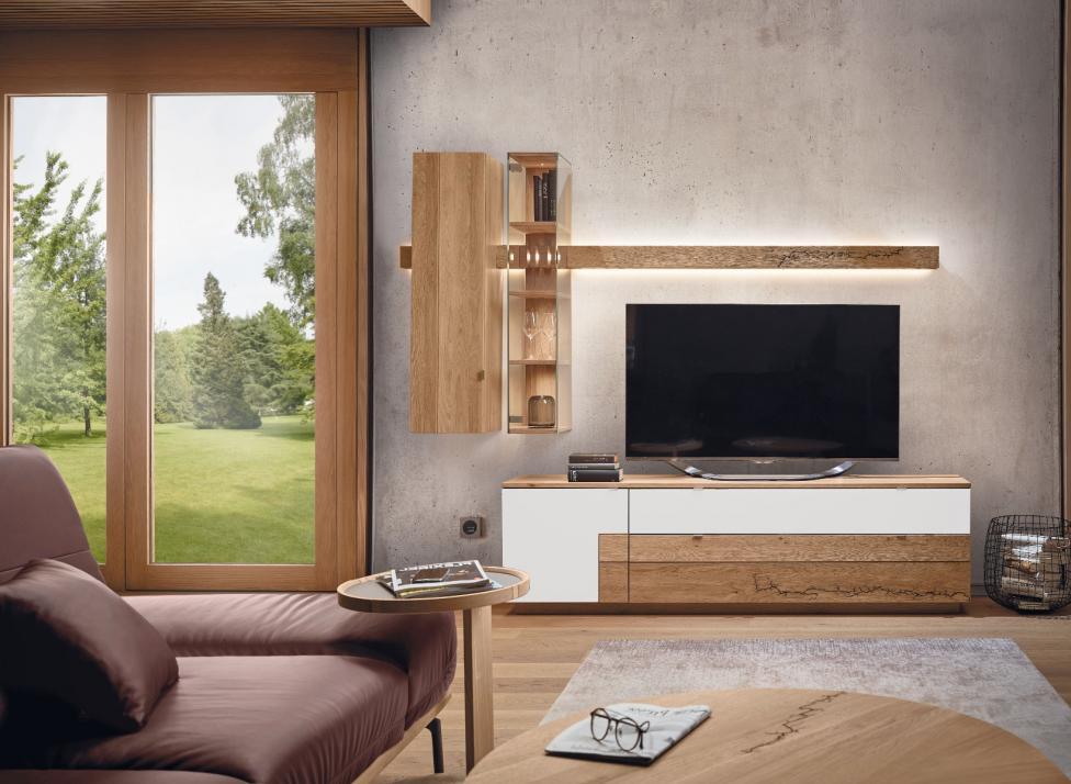 Die Massivholzmöbel derKollektion SIGNATURA stehenganz im Zeichen der Natur.Die fein verästeltenOrnamente in derHolzoberfläche entstehendurch das Lichtenberg-Verfahren und machenjedes Möbelstück zueinem unvergleichlichenUnikat