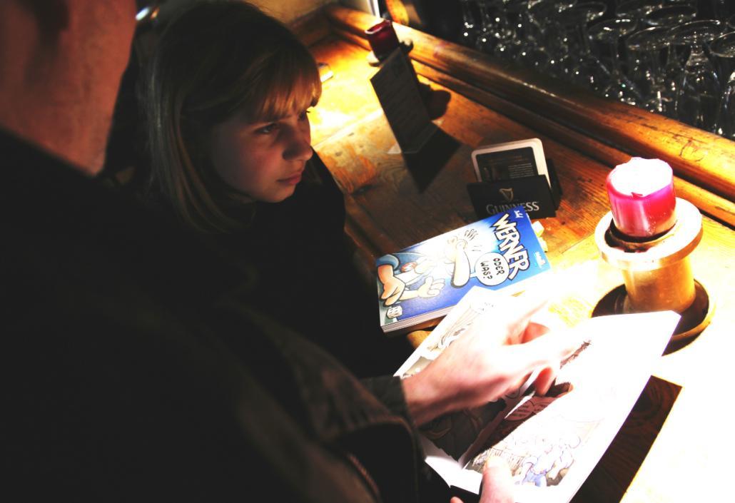 Rötger Feldmann alias Brösel zeigt der 12-jährigen Annabelle den Galerie Club, den er in dem Comic verewigt hat