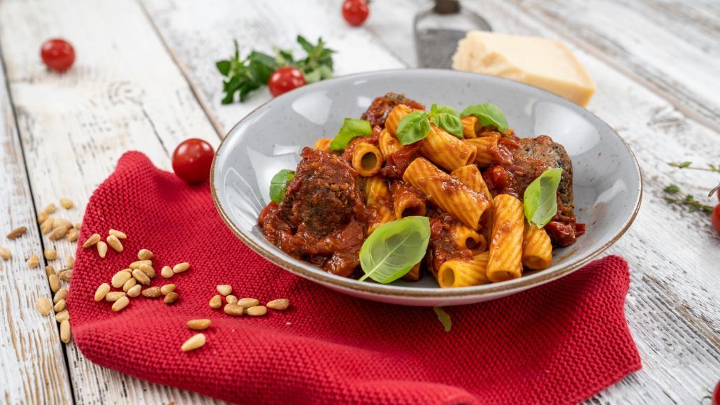 Rigatoni mit Bohnen-Bällchen in Tomatensoße