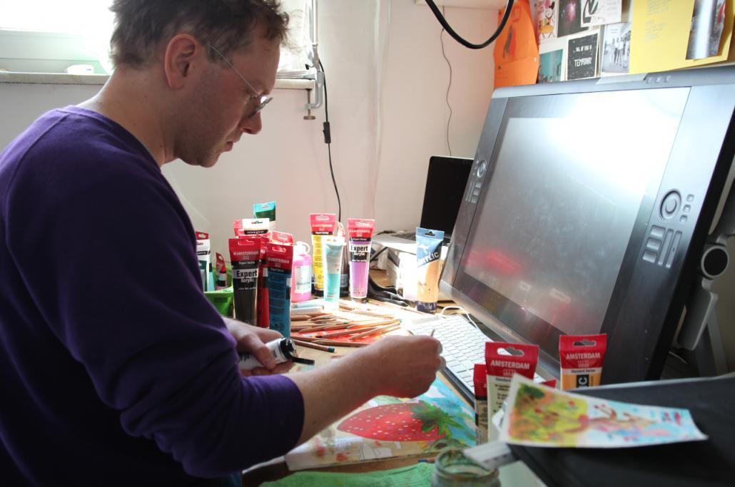 Gregor Hinz arbeitet an seinem Platz im Kieler Atelier analog und digital.