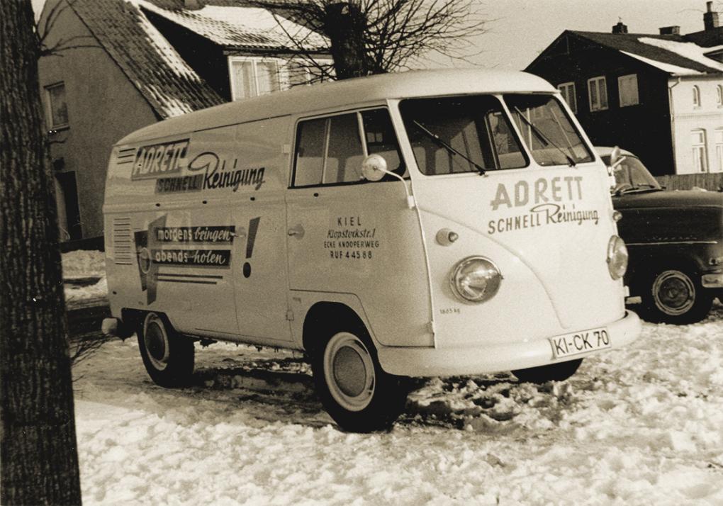 Prachtstück: Mit dem alten VW Bus wurde die Kleidung damals ausgefahren