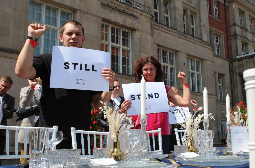 Die Branche steht still: Auf dem Rathausplatz versammelten sich Dienstleister, die für mehr Unterstützung für Hochzeitsplaner demonstrierten.