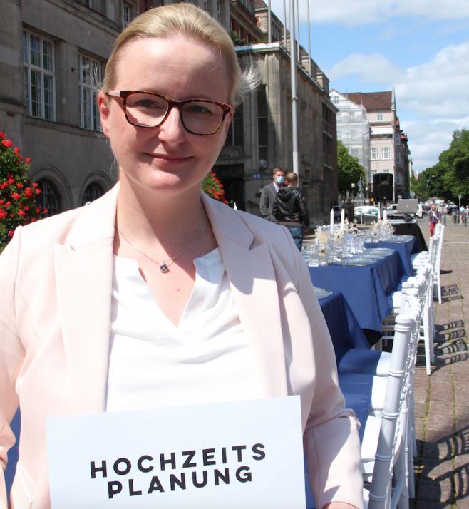 Daniela Friedrichs mobilisierte über Facebook 15 Dienstleister, die finanziell vor dem Nichts stehen und auf dem Rathausplatz für Solidarität und Gleichheit protestierten