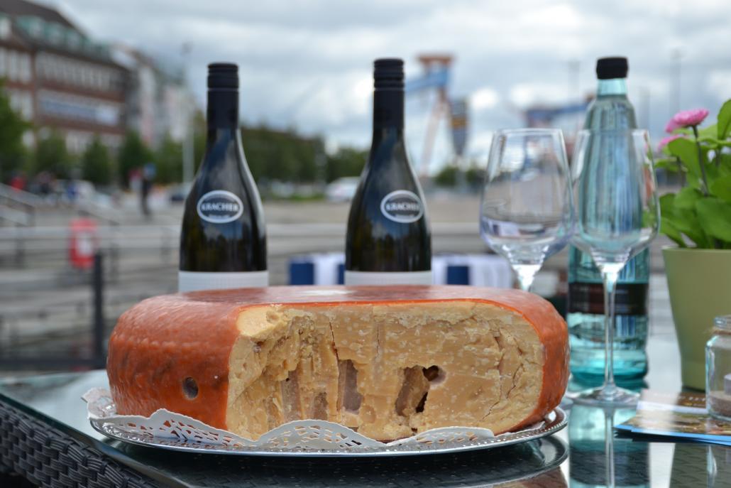 Käse trifft Wein wird in diesem Jahr nicht wie gewohnt am Bootshafen stattfinden, sondern zieht in den KOSMOS Store um