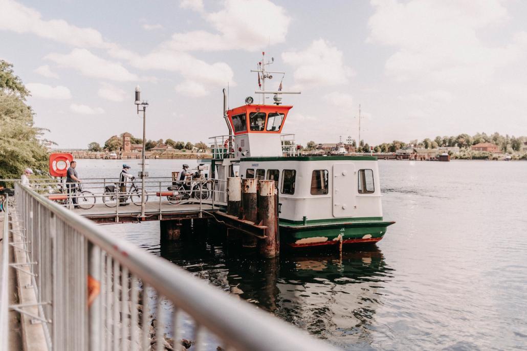 Zunächst überqueren wir den Nord-Ostsee-Kanal mit der Adler I und legen in Kiel-Holtenau an