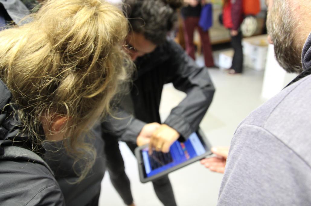 Mit einem Tablet ausgerüstet startete die Gruppe von der Thinkfarm in der Alten MU