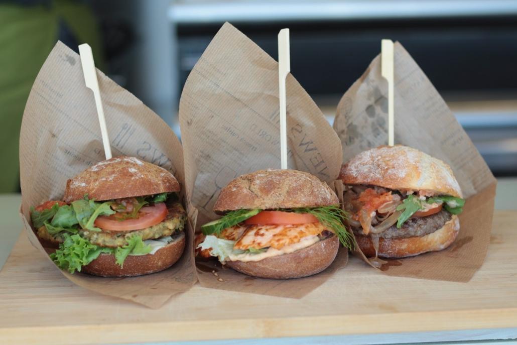 Veggie, mit Lachs oder Rindfleisch: Das sind die drei Burger bei der Kombüse - außerdem gibts natürlich leckeren Matjes und Backfisch!
