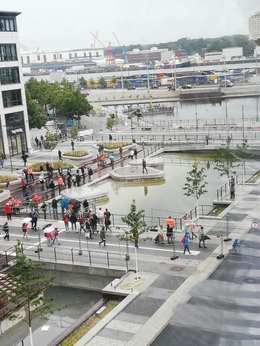 Mit der Öffnung der Kleinen Kiel-Kanals kamen viele interessierte Passanten zum Staunen