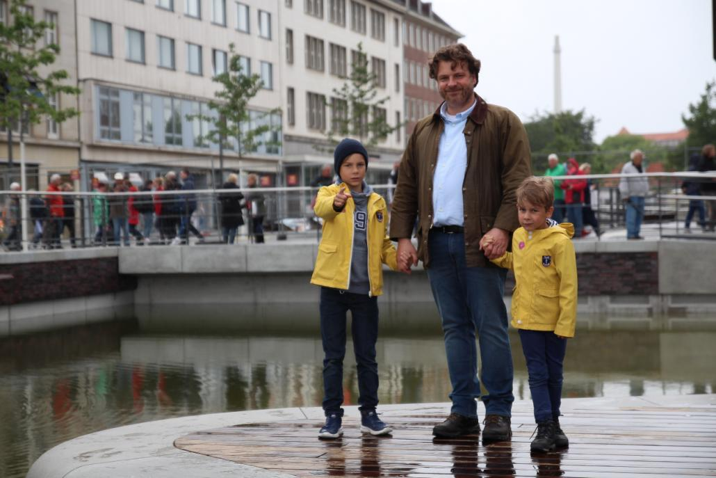 Carsten Rohwer und seine beiden Söhne Moritz (l.) und Oscar (r.) sind begeistert vom Bau des neuen Kiel-Kanals.
