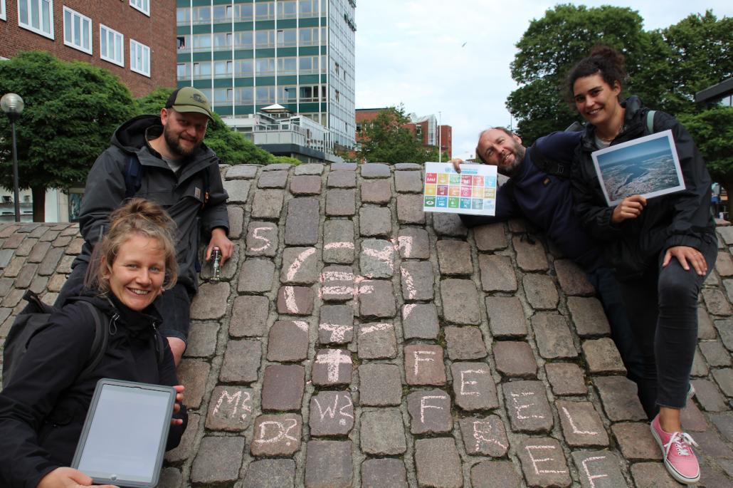 Am Europaplatz gab eine Aufgabe zu erfüllen und das Piktogramm eines Klimazieles aufzumalen