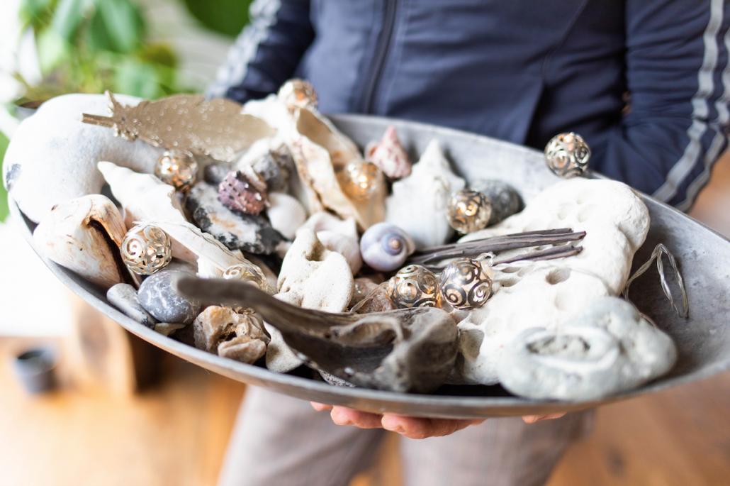Auf Strandspaziergängen sammelt Medi gern Muscheln und Treibholz