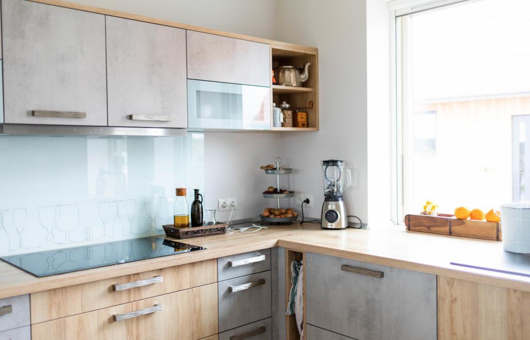 Die modernen Küchenfronten werden durch alte Kaffeemühlen und Kannen aufgelockert