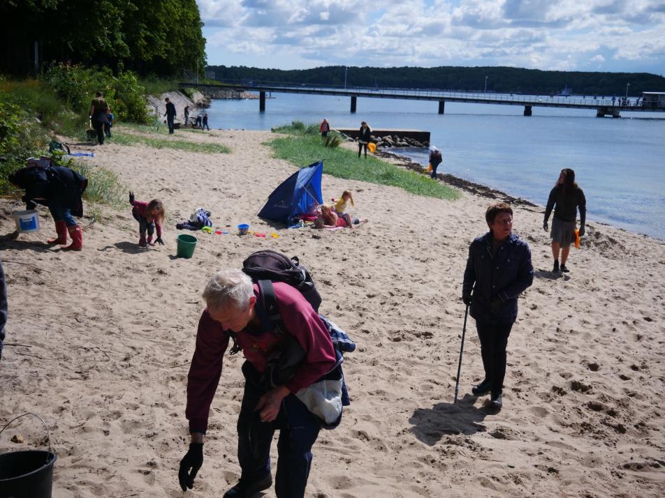 Viele Helfer*innen suchten den Strand nach Müll ab