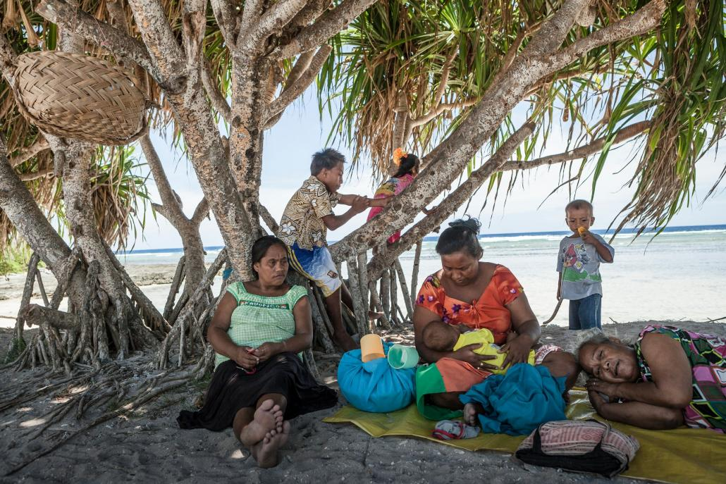 """Bewohner*innen aus Kiribati. Das Foto ist Teil der Ausstellung """"Tropic Ice"""". Die Open Air Ausstellung im Anscharpark ist Teil des Ocean Summit Programmes."""