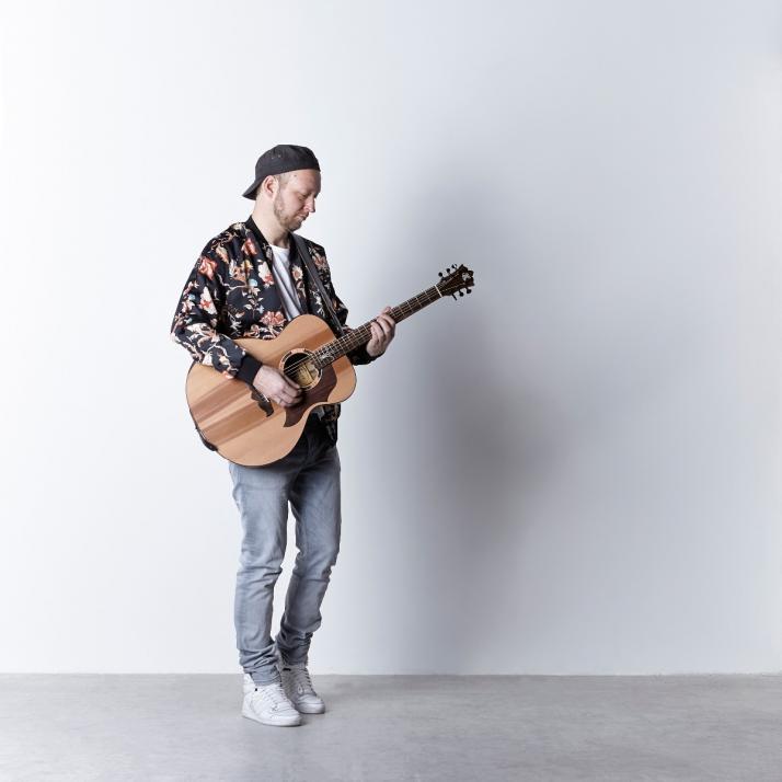 Auch Falk aus Hamburg setzt auf deutschsprachigen Pop-Rock und auf einen erdigen Sound mit ehrlichen und authentischen Texten. Für seinen Kieler-Woche-Auftritt hat er sich mit dem Kieler-Woche-Büro eine ganz besondere Location ausgesucht –...