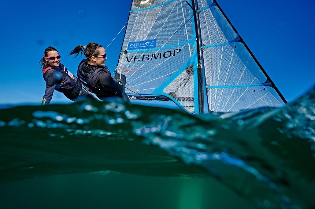Tina Lutz (li.) und Susann Beucke segeln die Bootsklasse 49er FX.