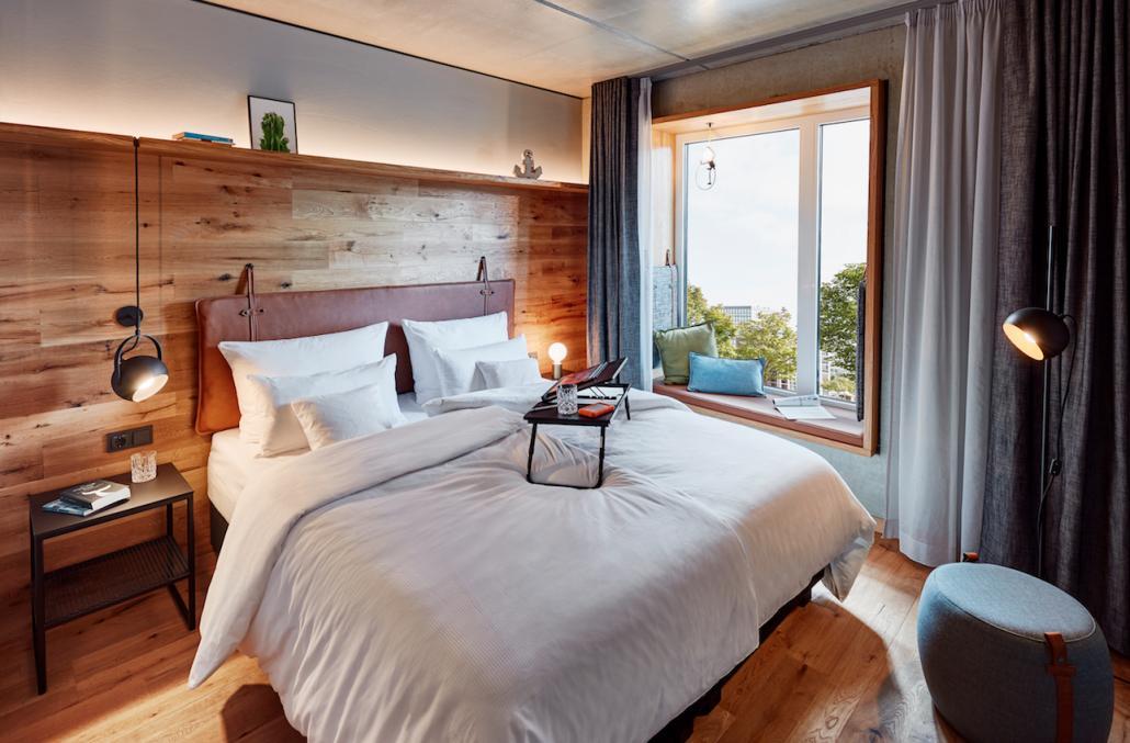 Das rund 20 Quadtratmeter große Superior Zimmer punktet mit einem Blick auf die Kieler Förde und ist ab 115 Euro zu haben