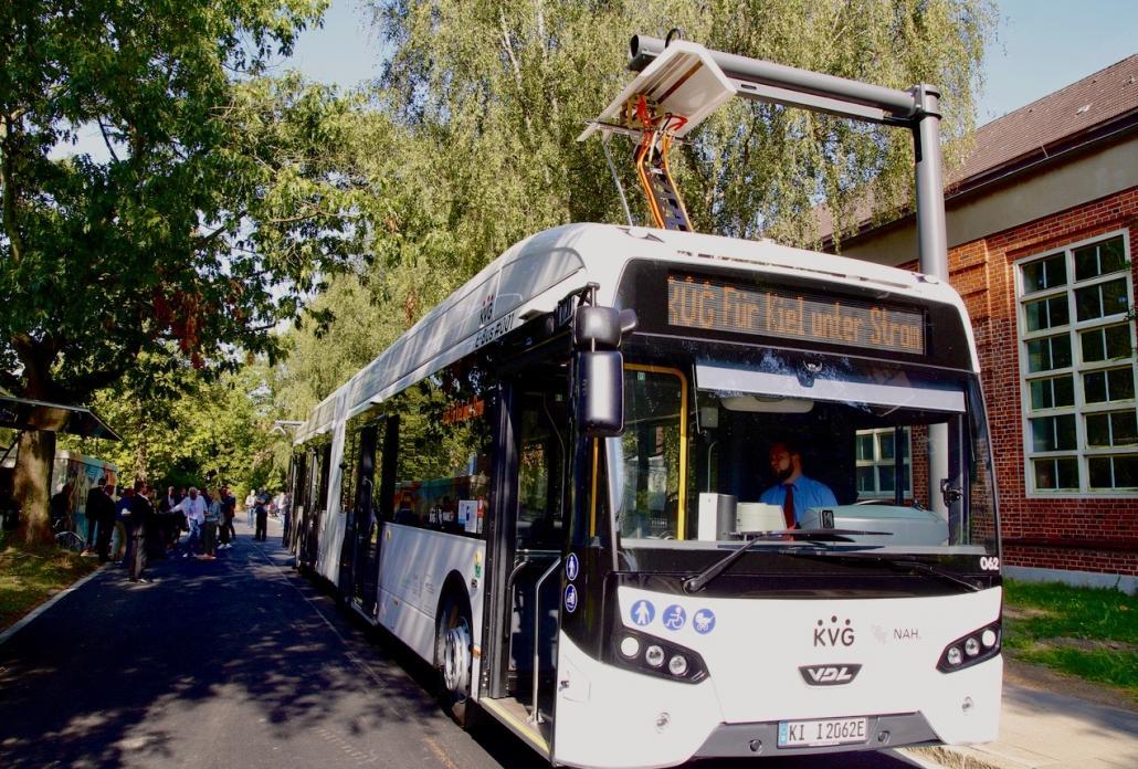 Geräuschloser Ladevorgang: Statt einer Tankstelle fahren die vollelektischen Busse künftig unter so genannte Pantographen