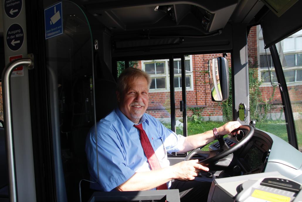 """""""Das ist mein Arbeitsplatz, hier kenne ich mich aus"""", sagt Busfahrer Jürgen Schulz, der sich auf die Fahrt in den Elektrobussen freut"""