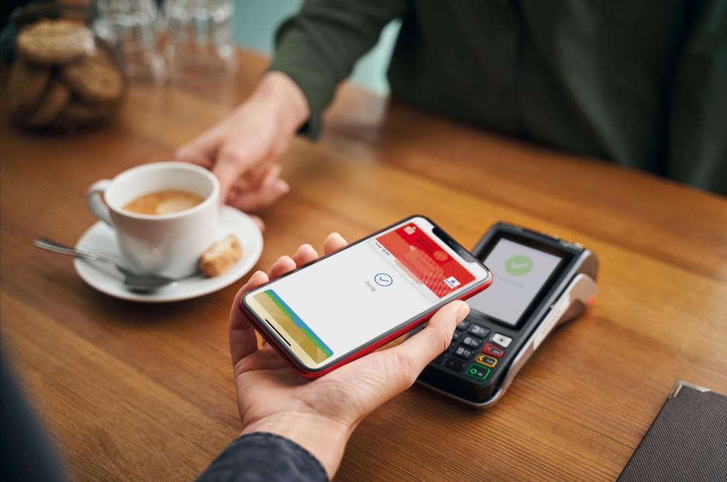 Ab iPhone 6s und Smart Watch der ersten Generation ist das Zahlen mit Apple Pay für Kund*innen der Förde Sparkasse möglich