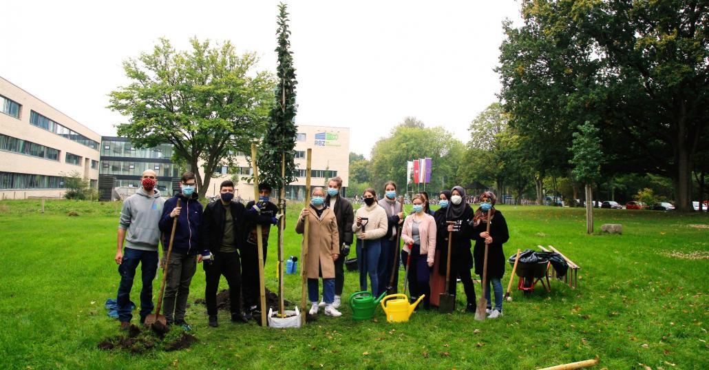Der Kurs Umwelt pflanzte in diesem Jahr einen Zierapfel vor das Schulgebäude des RBZ am Schützenpark
