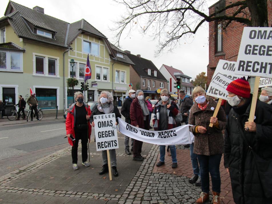 """Zuletzt standen die """"Omas"""" bei der Demonstration gegen Rechts in Kiel-Heikendorf für die Gleichheit aller und gegen Rechtsradikalismus ein"""