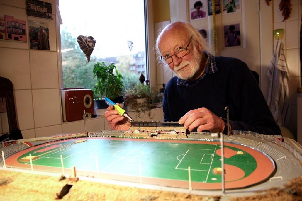 Klaus Jaenicke restauriert sein Modell des Holstein-Stadions von 1964.