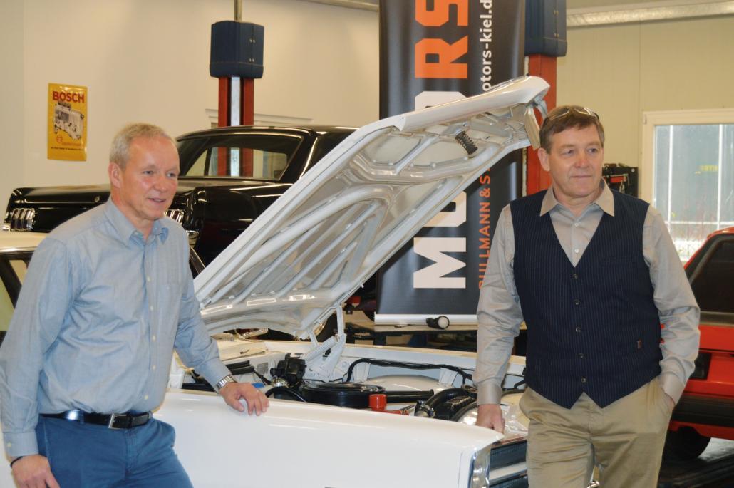 Gerd Rullmann, Geschäftsführer von Motors Kiel, übergibt Alfred Gislason (v. l.) seinen Pontiac Parisienne von 1966.