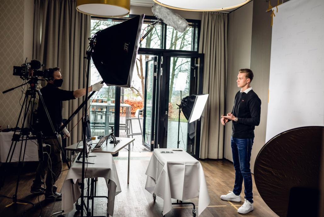 Im Dezember wurden die Videos für das digitale Berufsfindungsprojekt gedreht. Unter anderem stand der Auszubildende Lennart Lenzmann vor der Kamera und sprach über die Ausbildung zum Automobilkaufmann.