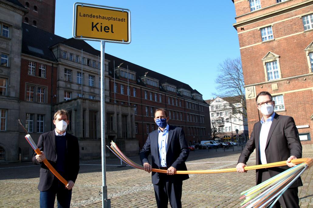 Oberbürgermeister Ulf Kämpfer, TNG-Geschäftsführer Volkmar Hausberg und Norbert Peters Director Business Development TNG) freuen sich auf die Zusammenarbeit.