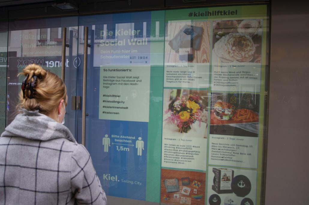Am Standort des ehemaligen Schuhgeschäfts Runners Point in der Holstenstraße haben Passant*innen die Möglichkeit, Gutscheine zu gewinnen