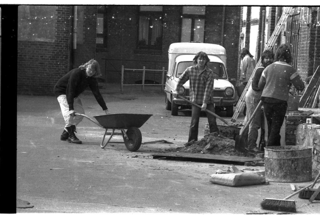 Auf dem Hof in der Hansastraße 48 herrscht schon in den frühen Jahren nach der Besetzung reges Treiben
