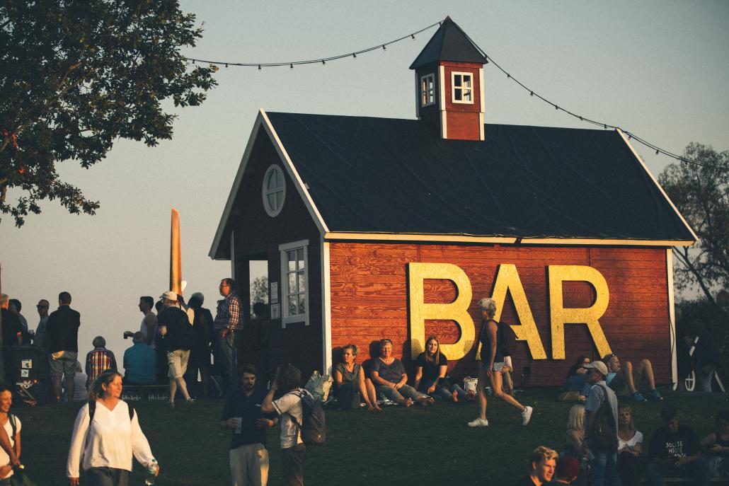 Der skandinavische Ausrichtung des NORDEN Festivals lässt sich überall erkennen, wie an den typischen roten Holzhäusern in Europas Norden