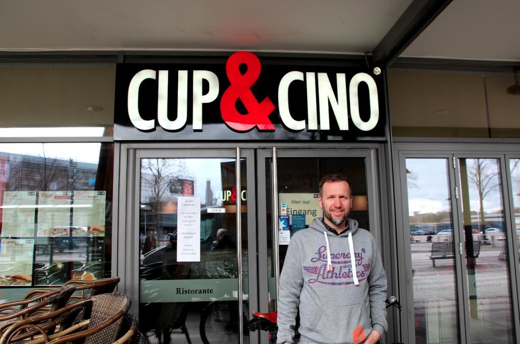 Meik Ehlers, Geschäftsführer von Cup & Cino schließt sich seinem Nachbarn an und freut sich auf ein gutes Geschäft am Montag