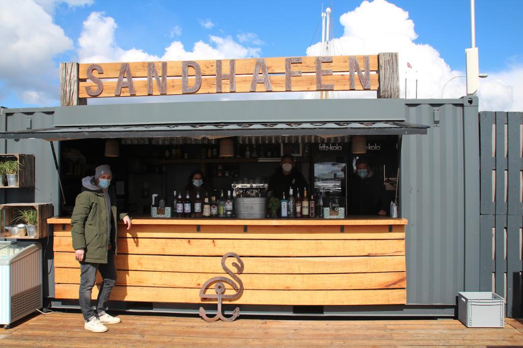Beim Sandhafen werden noch schnell die letzten Tische und die Bar fertig aufgebaut und dann kann es auch losgehen.