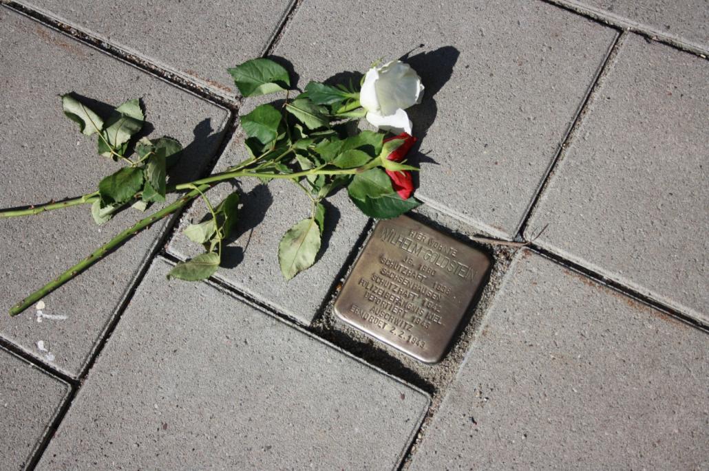 Bevor ich an der Stelle ankam, lagen auf dem Stein bereits zwei Rosen.