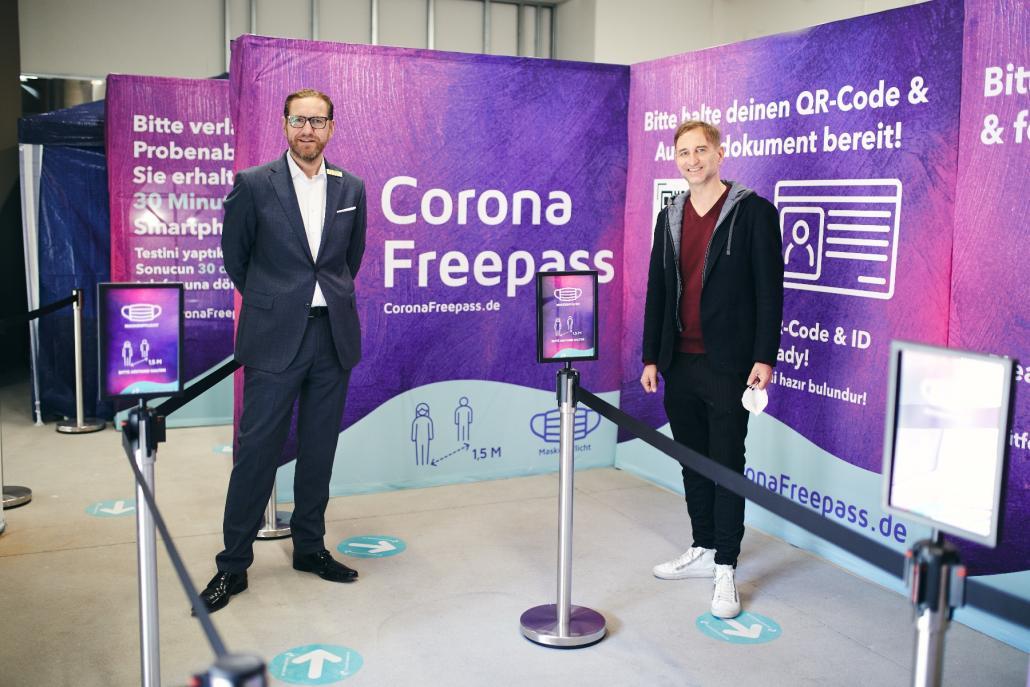 Center-Manager Karsten Bärschneider und Freepass-Geschäftsführer Axel Strehlitz eröffneten das Corona-Testzentrum im Sophienhof