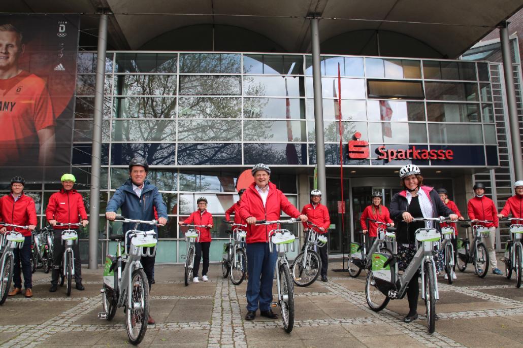 Dr. Ulf Kämpfer, Jana Haverbier und Götz Bormann freuen sich über den Start der E-Flotte