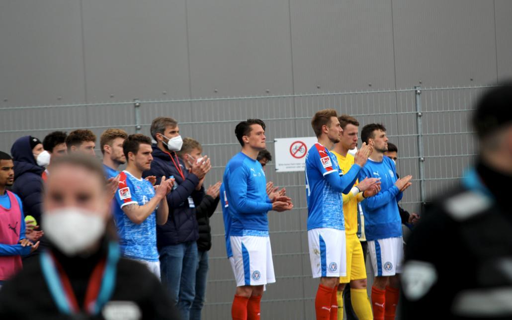 Nach dem Spiel gegen den SV Darmstadt 98 ging die Mannschaft zu den Holstein-Fans am Stadion.