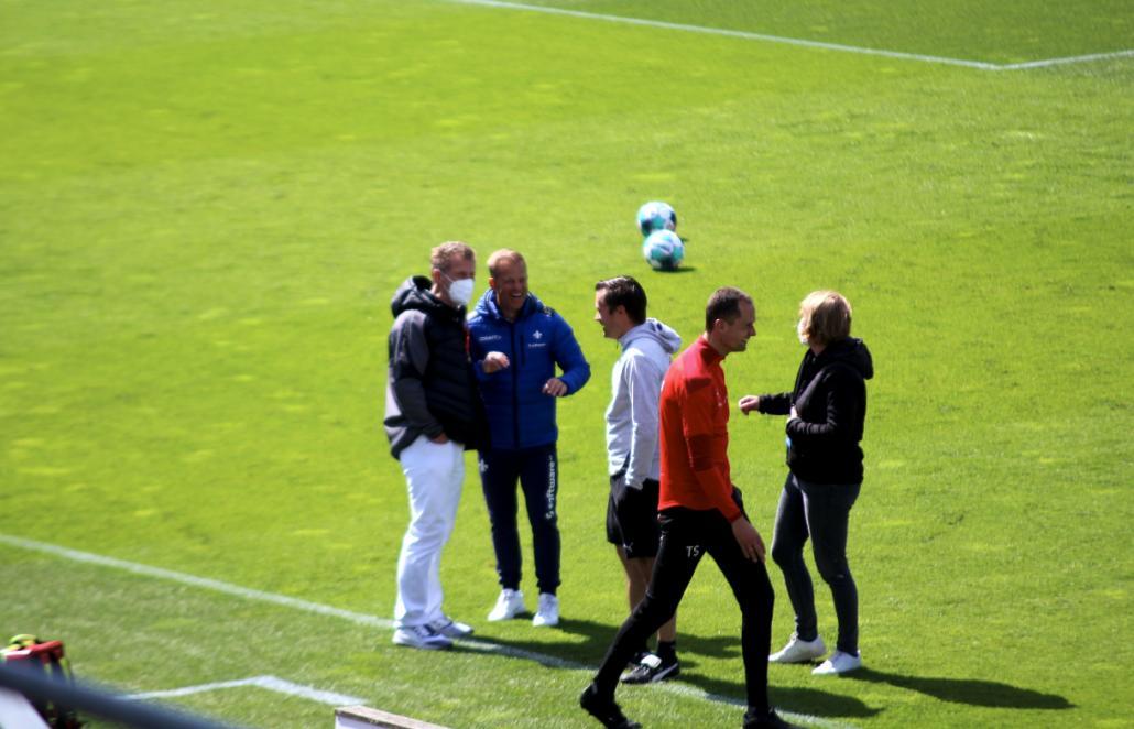 Alte Bekannte: Vor dem Spiel scherzte Markus Anfang mit seinen alten Kolleg*innen von Holstein Kiel.