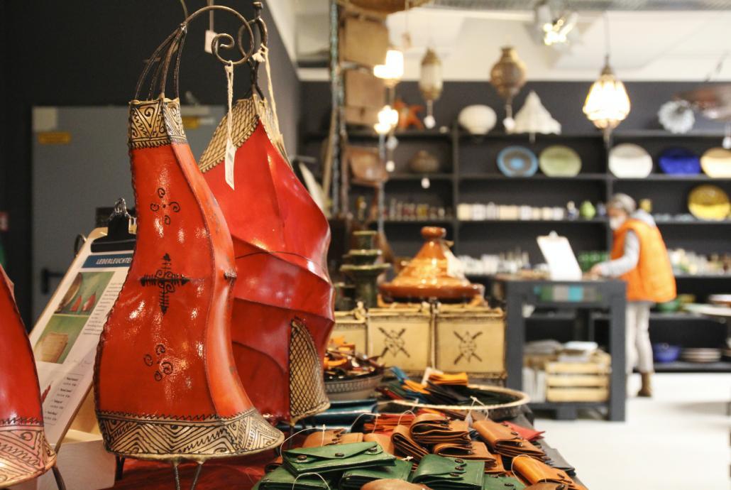 Die Bereiche von fischer's lagerhaus sind nach den Ländern benannt, aus denen die Ausstellungsstücke importiert werden, wie diese marokkanischen Lederlaternen.