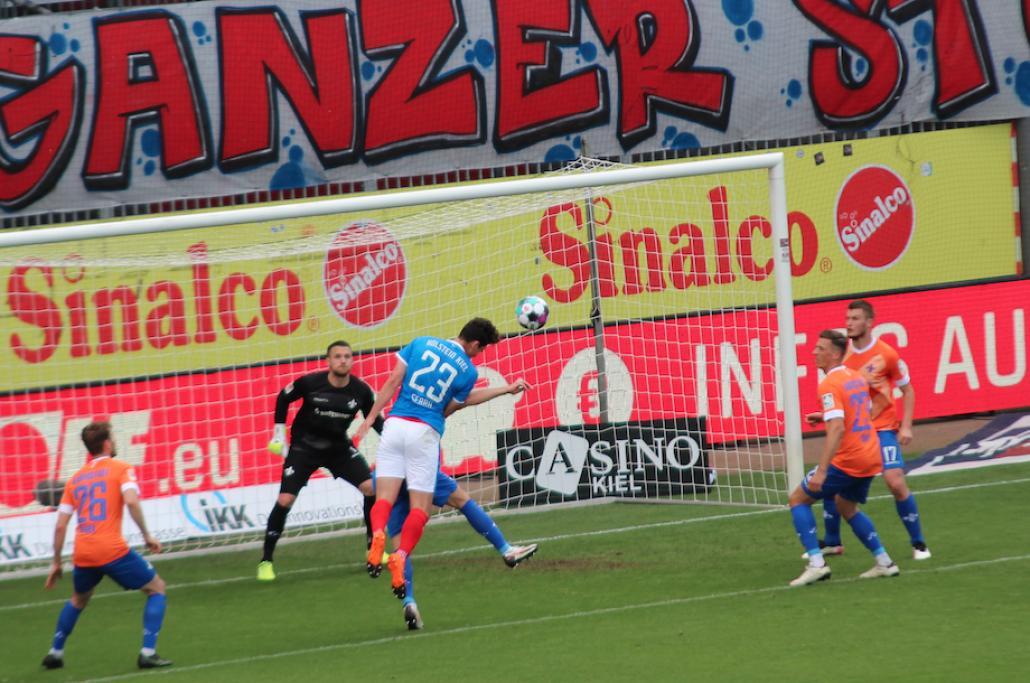 In der zweiten Halbzeit scheitete u.a. der Kieler Torschütze Serra am gegnerischen Kasten.