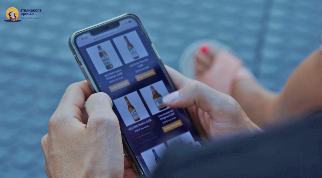 Getränke und Snacks könnt ihr bequem mit dem Smartphone bestellen und euch kontaktlos an den Strandkorb liefern lassen